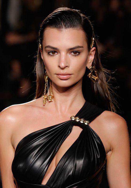 emily-ratajkowski-versace-pre-fall-2019-fashion-show-in-nyc-5_thumbnail