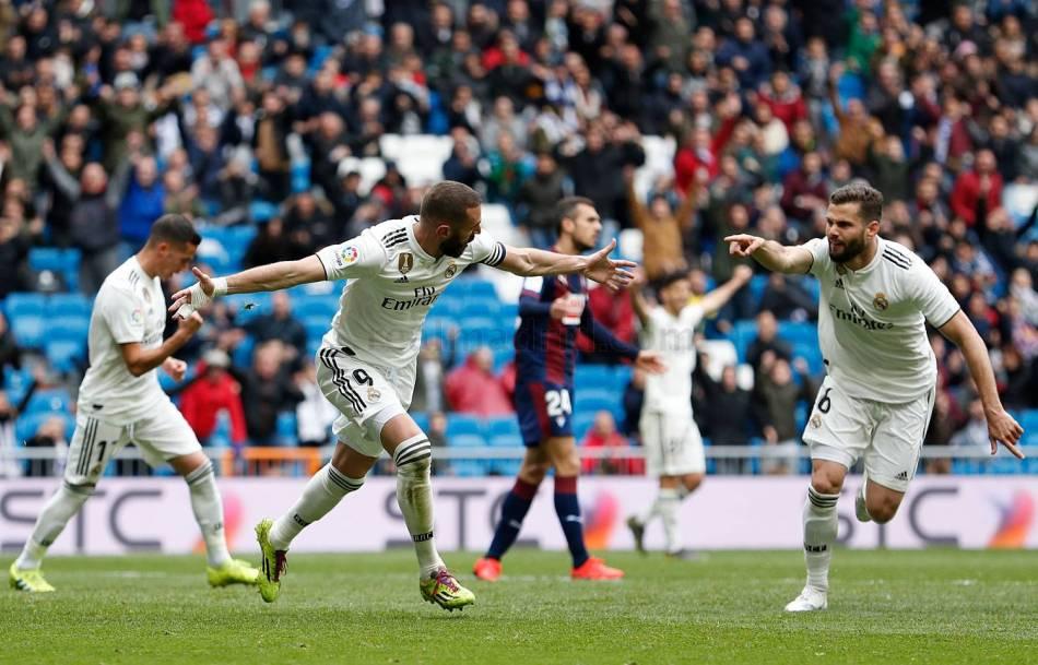 Celebración de Benzema, tras su gol, con Nacho